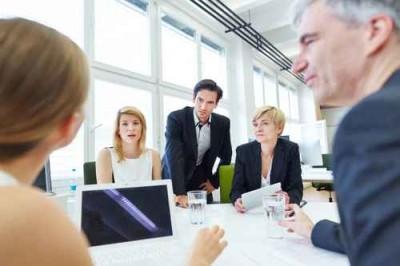 Geschäftsleute bei Verhandlung im Meeting